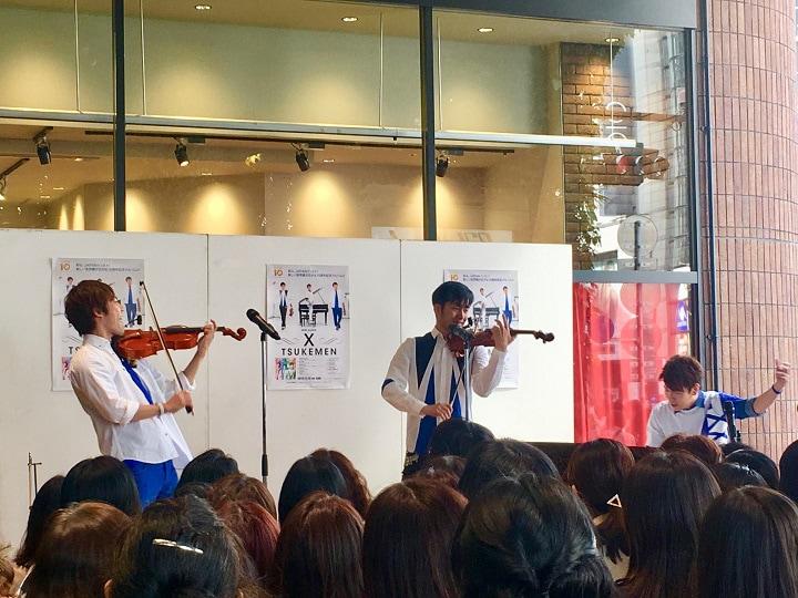 東京・渋谷モディ1Fイベントスペースで行われた、TSUKEMENのフリーライブの様子。
