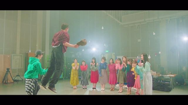 乃木坂46「スカウトマン」ミュージックビデオのワンシーン。