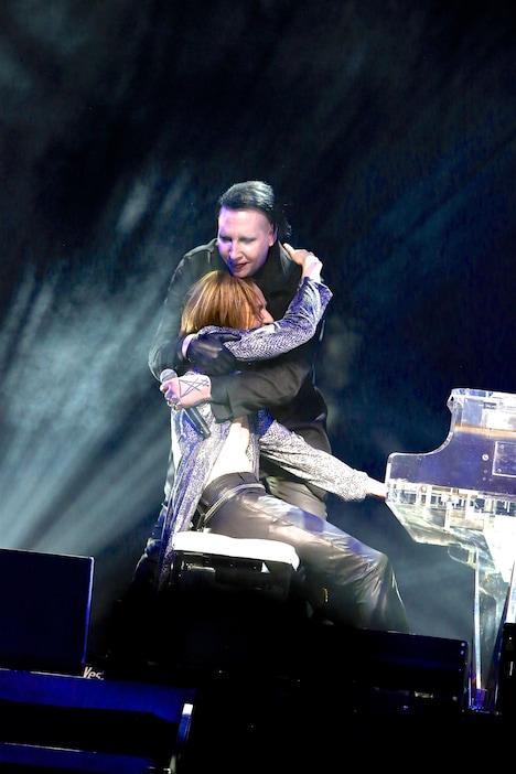 抱き合うマリリン・マンソンとYOSHIKI(X JAPAN)。