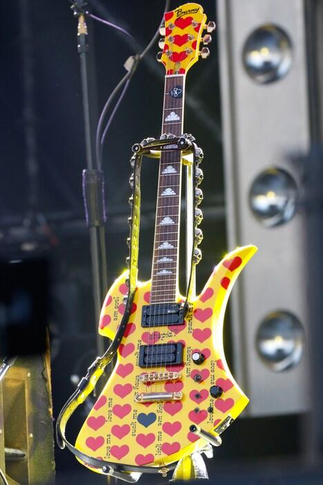 """ステージ中央に置かれたhideモデルの""""イエローハート""""ギター。"""