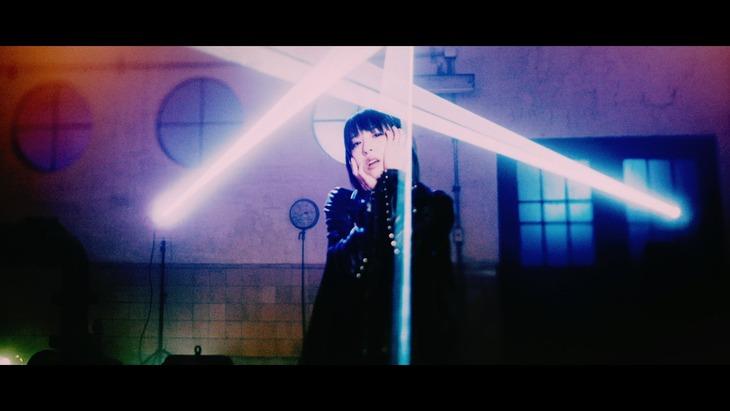 綾野ましろ「衝動」ミュージックビデオのワンシーン。