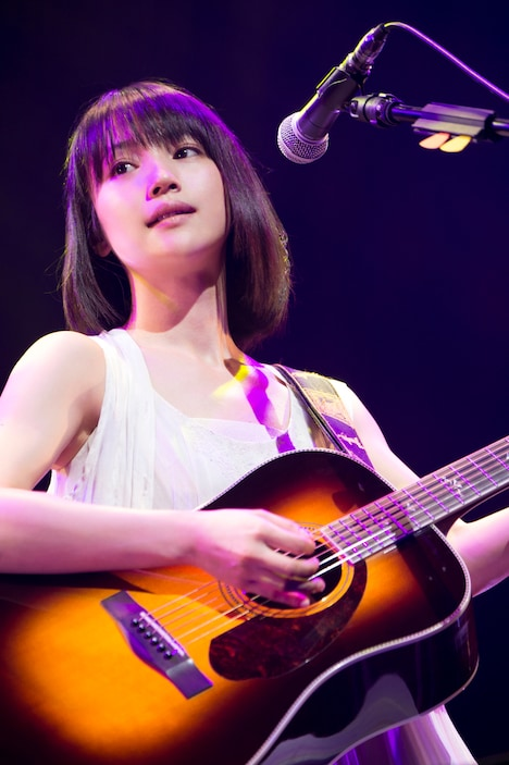 新山詩織「しおりだけ~ひとり唄~」東京・EX THEATER ROPPONG公演の様子。