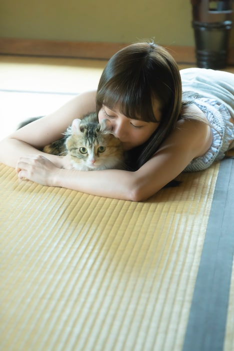 1st写真集(タイトル未定)より、愛猫ぴあとたわむれる尾崎由香。