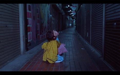 少年がミルク「永遠エキゾキッチュ」MVのワンシーン。
