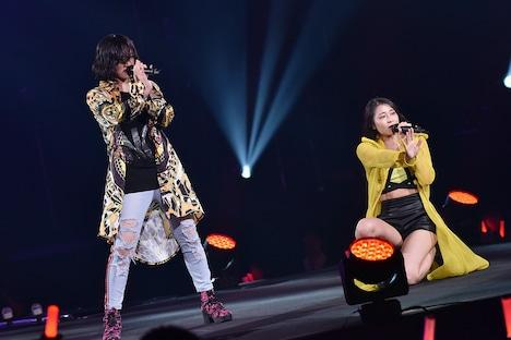 左から佐々木莉佳子、和田彩花。