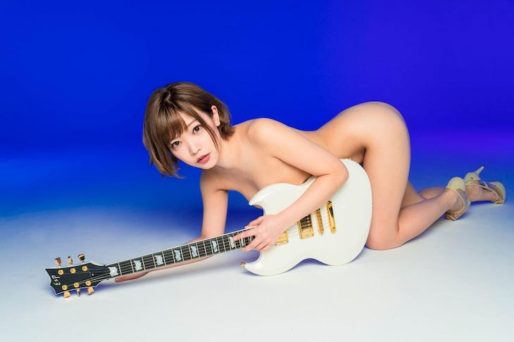 新たに公開された藤田恵名のアーティスト写真。