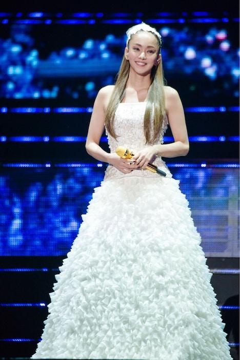 ウエデイングドレスを着た安室奈美恵。