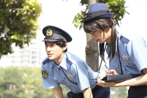 警察官に扮したユースケとリョウコ。