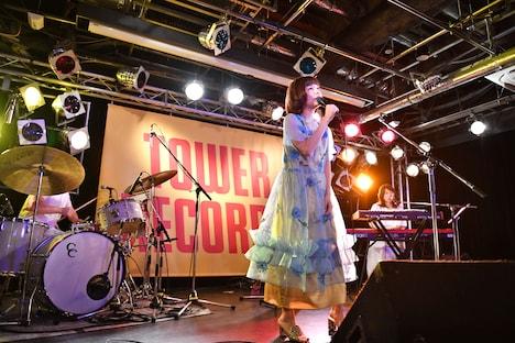 赤い靴の演奏をバックに歌う吉澤嘉代子。