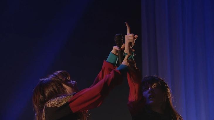 EMPiRE「アカルイミライ」ライブ映像のワンシーン。