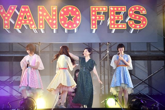 坂本真綾からマイクを受け取るNegiccoのNao☆(左から2番目)。