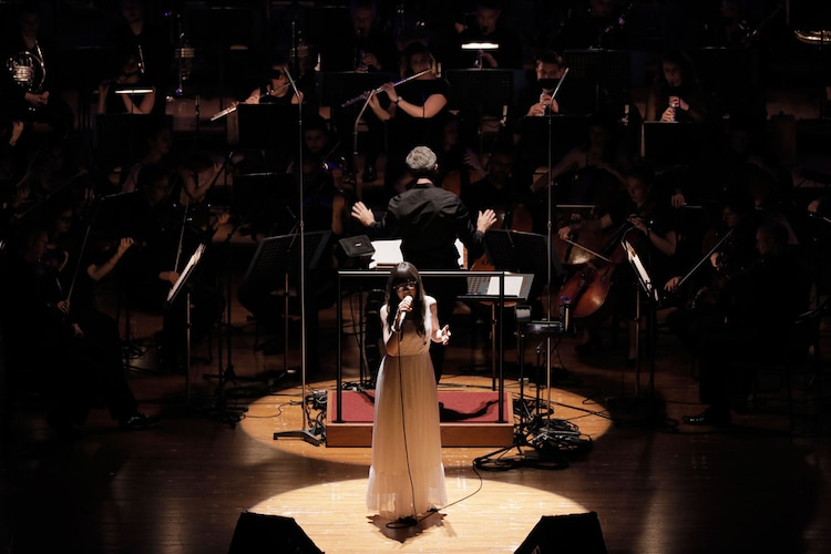 """Aimer「Aimer special concert with スロヴァキア国立放送交響楽団""""ARIA STRINGS""""」の様子。(写真提供:SME Records)"""