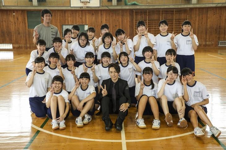 EXILE TETSUYAと長野市立東部中学校の生徒たち。
