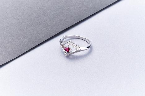 Bijoude「KinKi Kids Select Model」リング見本。ピラミッドを2つ合わせたような形のモチーフは、ソーヤブル(Sawable)というダイヤモンドの原石をイメージしたもの。