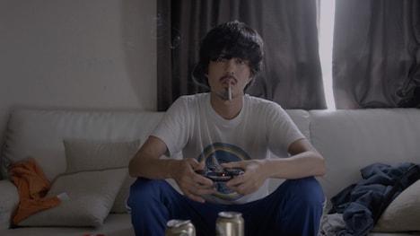 「リボルバー」ミュージックビデオのワンシーン。