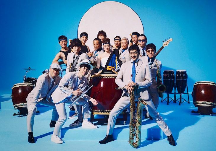 東京スカパラダイスオーケストラと白石麻衣(乃木坂46)。