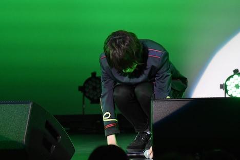 最後の曲を歌い終え、マイクを置く山崎悠稀。