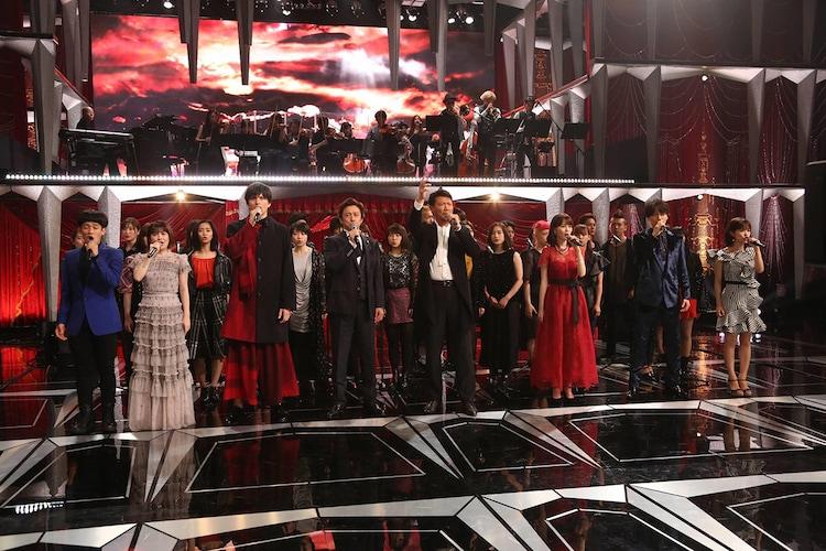 ミュージカルメドレーで「ONE DAY MORE」を歌う出演者たち。(c)フジテレビ
