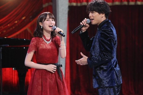 ミュージカルメドレーで「愛していれば分かり合える」を歌う乃木坂46の乃生田絵梨花(左)と山崎育三郎(右)。(c)フジテレビ