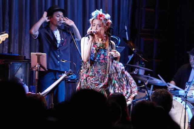 Chara「Shut Up And Kiss Me! ~Sweet Soul Sessions Supreme~」東京・ブルーノート東京公演の様子。(c)amitamari