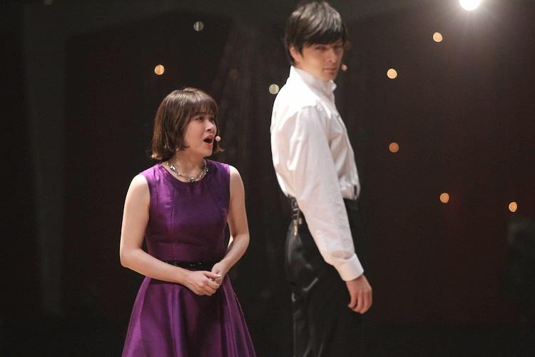 「グレイテスト・ショーマン」メドレーで「Rewrite The Stars」を披露する宮澤エマ(左)と城田優(右)。(c)フジテレビ