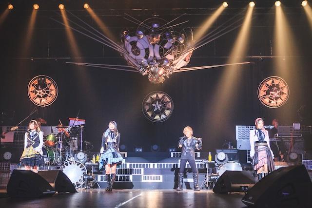 串田アキラ(右から2番目)とイヤホンズ。