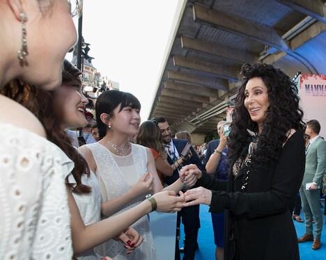 シェールと握手を交わすLittle Glee Monster。
