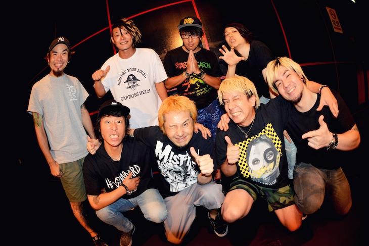 Ken YokoyamaとNAMBA69。(撮影:半田安政[showcase])