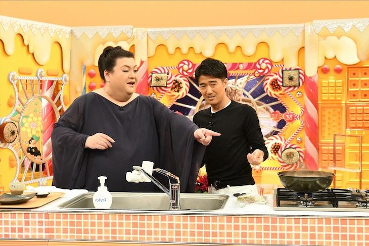 マツコ・デラックス(左)にお手製蕎麦を振る舞うDEEN池森秀一(右)。(c)TBS