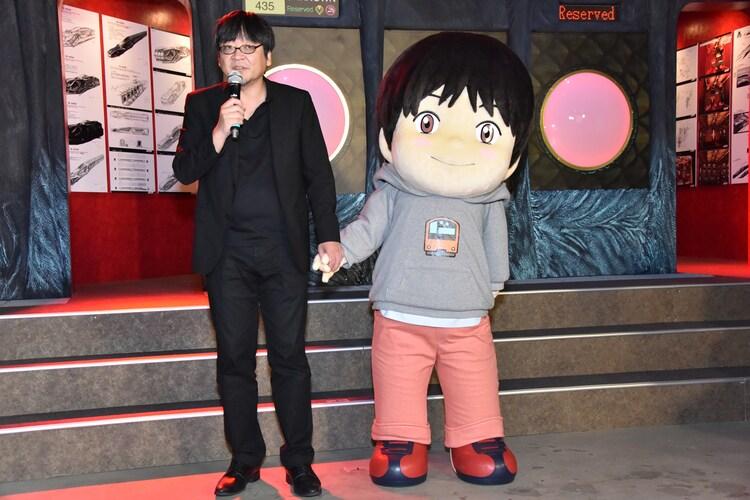 くんちゃんと手をつないで登場した細田守。