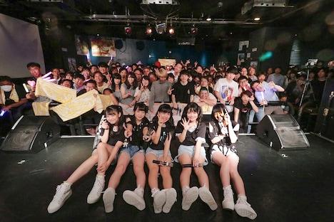 「Shine Fine Movement 1stワンマンライブ ~わたしはルミナス~」で撮影された記念写真。
