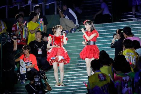 「灰とダイヤモンド」を歌う百田夏菜子(ももいろクローバーZ)と清井咲希(たこやきレインボー)。(Photo by HAJIME KAMIIISAKA+Z)