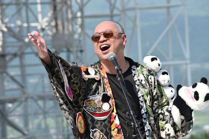 熊本県野外劇場アスペクタで「いただきます」を熱唱するレイザーラモンRG。