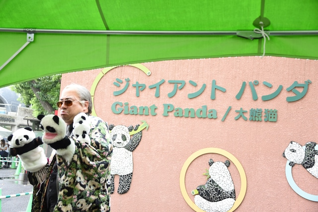 上野公園入り口で記念撮影を行うレイザーラモンRG。