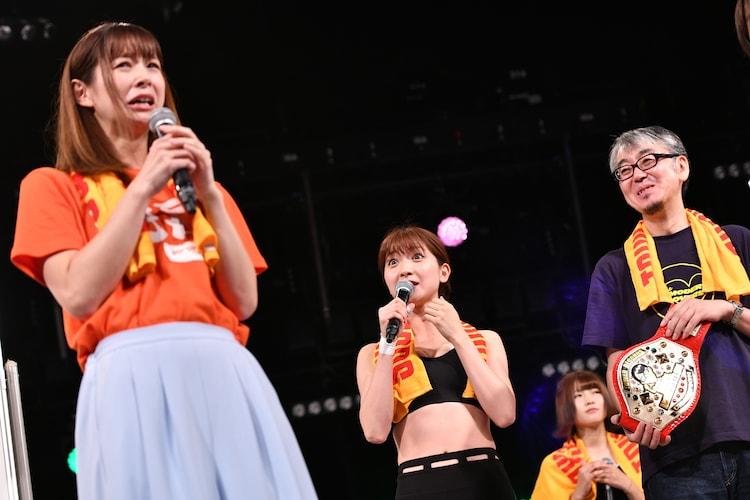 タワーレコード代表取締役・嶺脇育夫社長(右)にベルトを返還した酒井瞳。