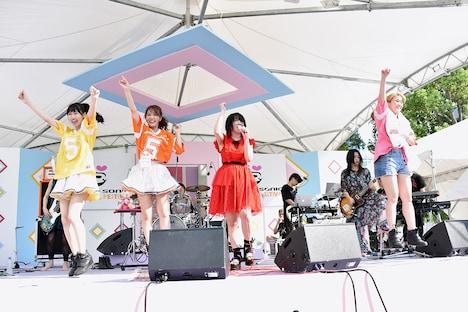 アップアップガールズ(仮)の佐保明梨、関根梓、古川小夏をゲストに迎えて歌う大森靖子。