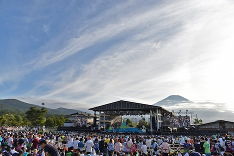 ステージ後方にそびえる富士山。