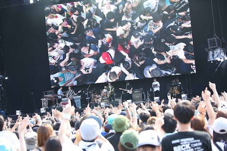「SUMMER SONIC 2018」back numberのステージの様子。