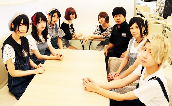 高田雄一(右から3番目)とEGR{えぐる}のメンバー。