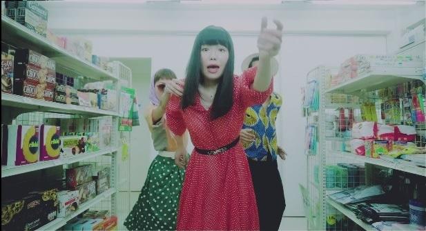 にゃんぞぬデシ「am:pm」ミュージックビデオのワンシーン。