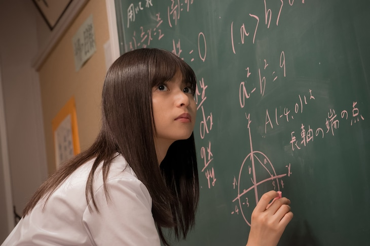 映画「あの頃、君を追いかけた」メイキングスチール。教室での撮影に挑む齋藤飛鳥。 (c)「あの頃、君を追いかけた」フィルムパートナーズ