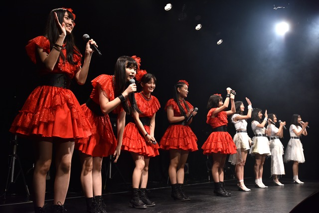 紅白の衣装に分かれたたこやきレインボーと東京女子流。