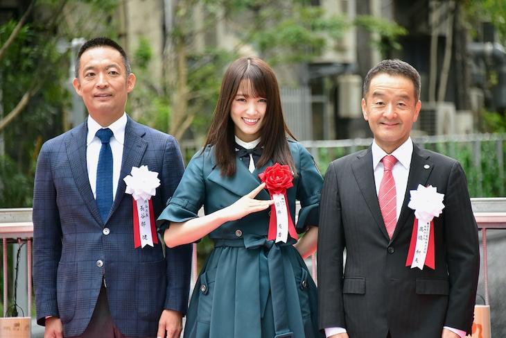 左から長谷部健渋谷区長、菅井友香(欅坂46)、東京急行電鉄株式会社の高橋和夫取締役社長。