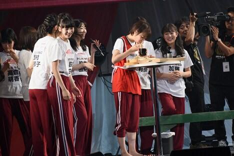 へぎそばを食べる山田野絵とそれを見守るチームNIIIメンバー。
