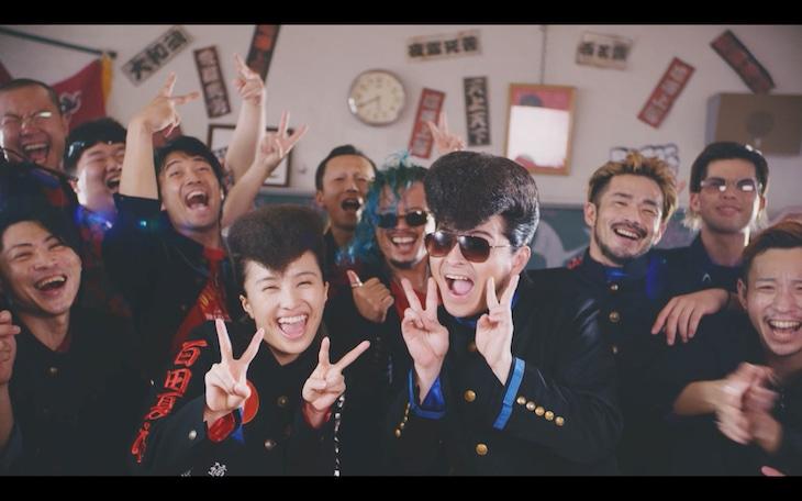 ももいろクローバーZ「あんた飛ばしすぎ!!」ミュージックビデオのワンシーン。