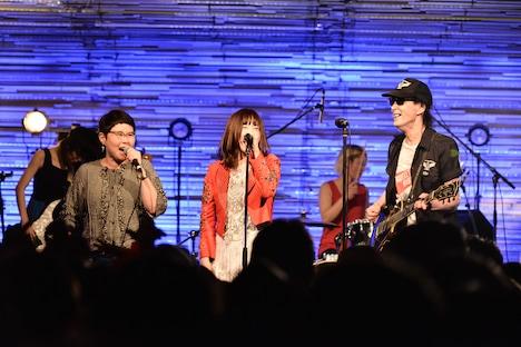 左からうつみようこ、泉茉里、鮎川誠。(撮影:橋本塁)