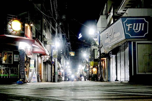 """神奈川・横須賀の""""どぶ板通り""""。撮影した日はどこか閑散としていた。"""