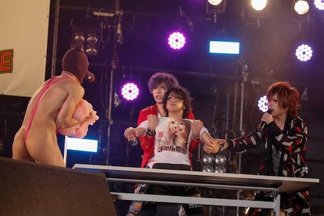 喜矢武豊(中央)めがけてういろうを運ぶウルフィ(樽美酒研二 / 左)。(撮影:古川喜隆)