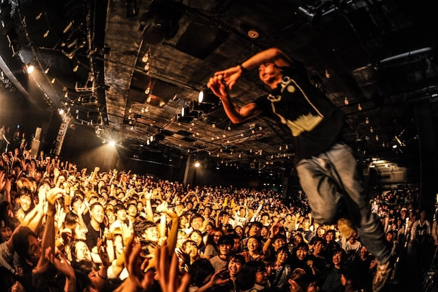 KOTORIのライブの様子。(Photo by MASANORI FUJIKAWA)