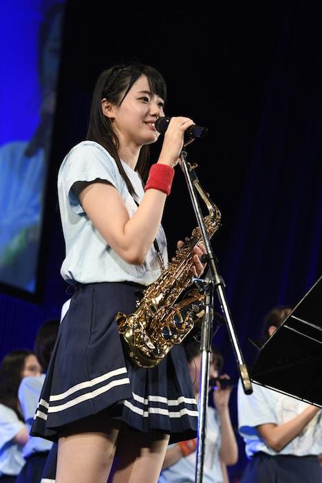 サックスを持って話す瀧野由美子。(c)STU